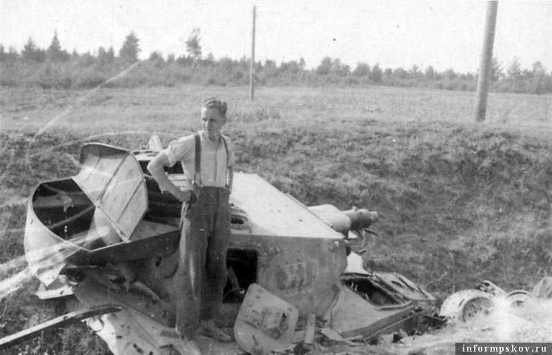 На фото: Позже четверку скинули с дороги, при этом верхняя часть бронекоробки вместе с башней отвалилась от нижней части корпуса.