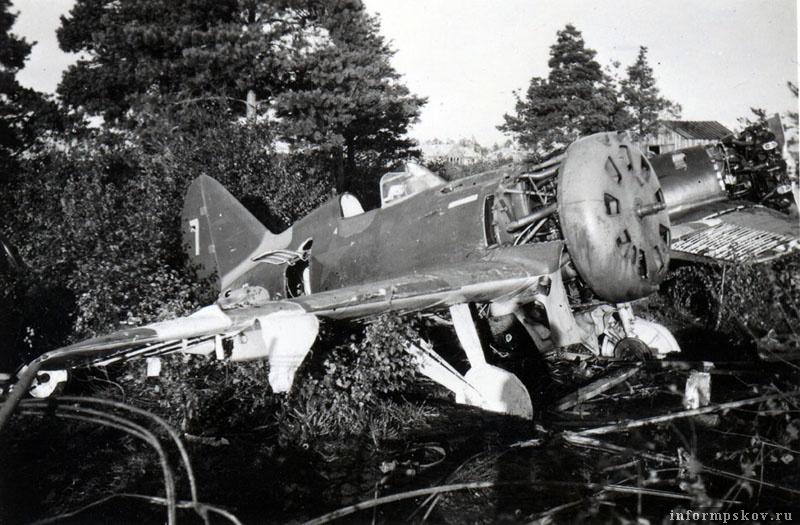 Два И-16 тип 29 158-го истребительного полка, оставленные на крестовском аэродроме. Самолеты были переданы на ремонт в 201-е авиамастерские. Фото из коллекции Андрея Иванова.