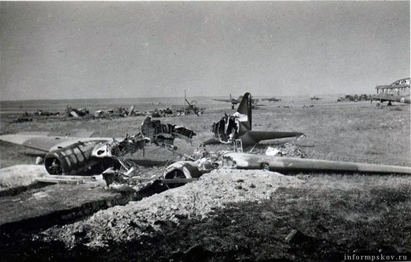 Сожженный транспортный ПС-84 на аэродроме Кресты. На фото видны выкопанные перед самолетом траншеи для выпуска шасси.