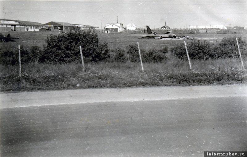 ПС-84 лежал у самого ленинградского шоссе, поэтому был объектом постоянного фотографирования. Позади ангары и другие постройки крестовского аэродрома. Обращает на себя внимание тот факт, что у Пскова шоссе было заасфальтировано, хотя в основном оно было грунтовое. Фото из коллекции Андрея Иванова.