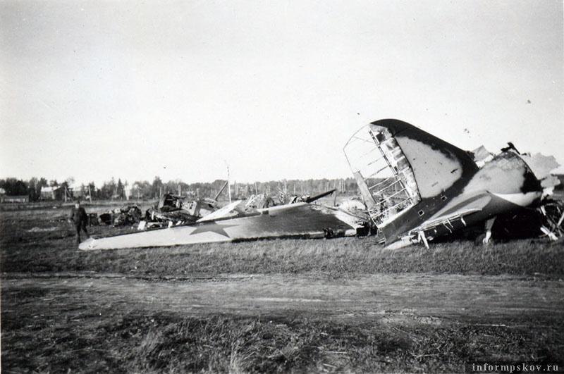 Позже обломки ПС-84, как и других самолетов с аэродрома были свезены в кучу к ангарам. Фото из коллекции Андрея Иванова.