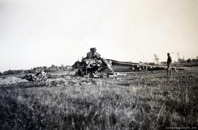 В то время, как основная часть самолета была вывезена в кучу металлолома, правая плоскость с правым двигателем осталась лежать на месте пожара. Фото из коллекции Андрея Иванова.
