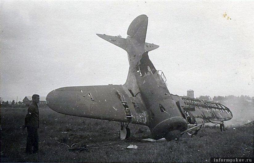 Позже шутники поставили самолет на попа.
