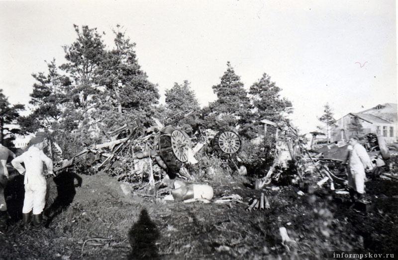 Рядом с И-16 из 158-го ИАП находились полностью развандаленные И-153 Чайка неизвестного подразделения. Позже еще одна более-менее комплектная Чайка окажется и в куче металлолома.