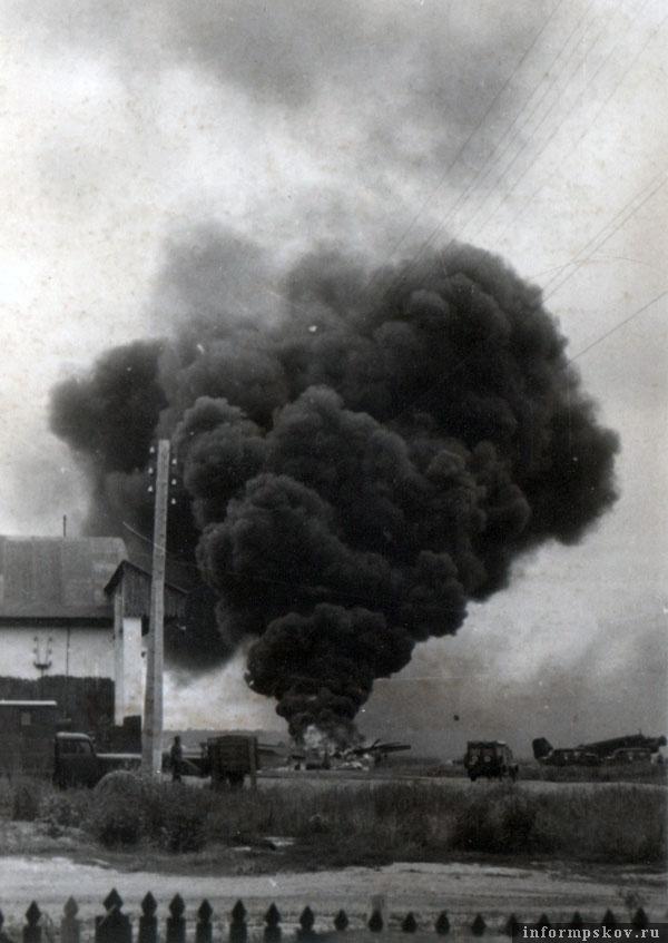 После советской бомбардировки 17 июля 1941 года горит Ju88A-5 из 3-й группы 1-й бомбардировочной эскадры Гинденбург.