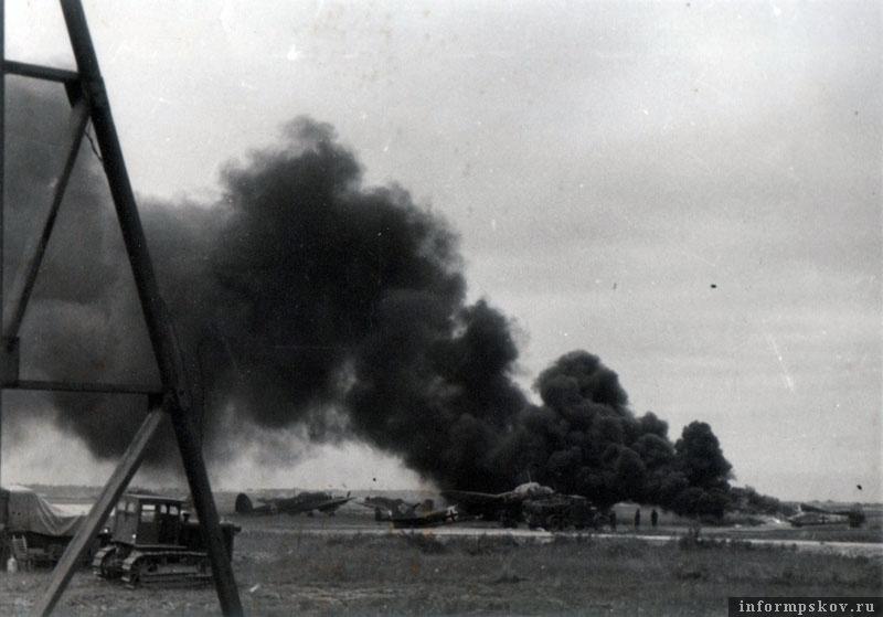 17 июля 1941 года. Горит Bf.110D-3 бортовой код 3U-SL зав. №4358 из 3-й эскадрильи I./ZG26.