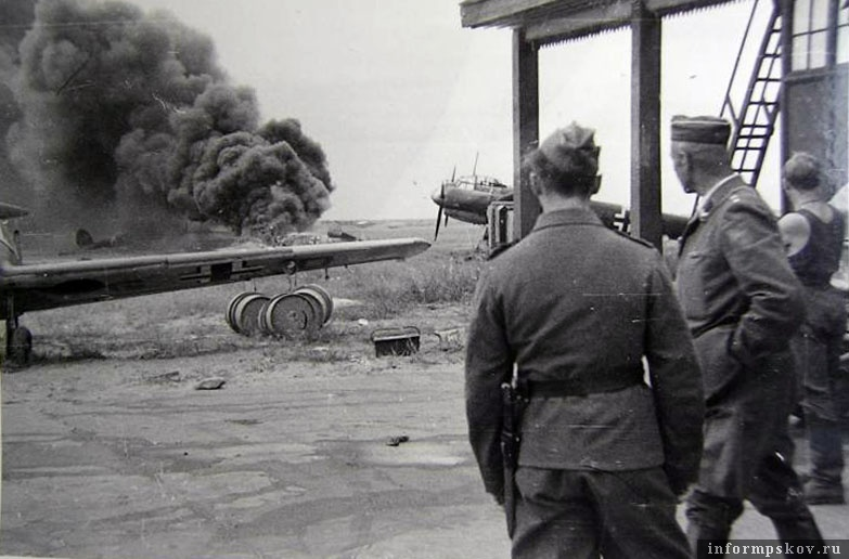 17 июля 1941 года. Немцы наблюдают за пожаром Bf.110D-3 бортовой код 3U-SL. На переднем плане штабной Bf.108 Taifun из 1-й бомбардировочной эскадры Гинденбург.