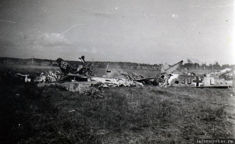 Позже обломки немецких машин попали в общую кучу металлолома. Виден хвост со свастикой Ju88A-5,  двигатель и хвост СБ-2М-103 44-го СБАП, хвостовая часть Bf.110D-3 бортовой код 3U-SL. Позади виден поставленный дыбом И-16 тип 5 из 31-го ИАП.