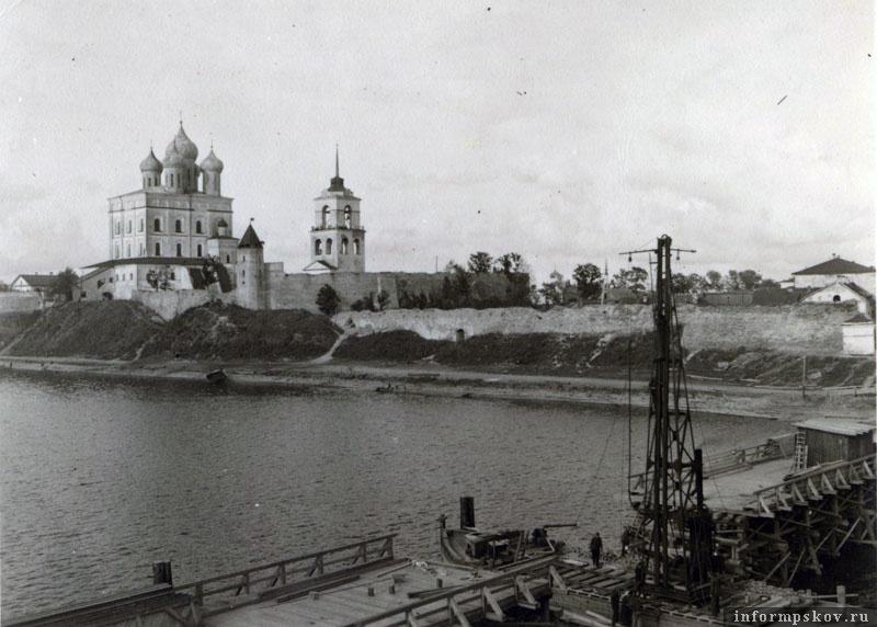 На фото:Забивка свай моста. Копер установлен на барже. Фото из коллекции Вячеслава Волхонского