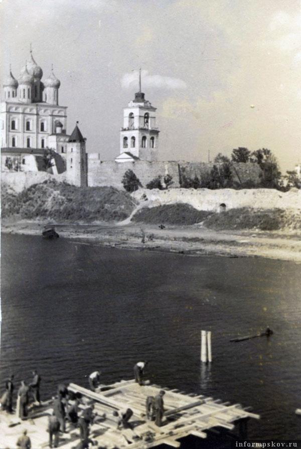 На фото: Строительство свайного моста через Великую. Фото из коллекции Вячеслава Волхонского