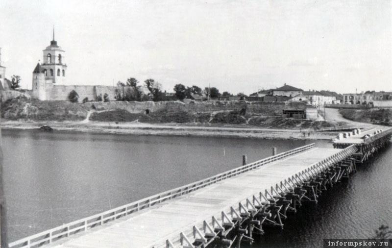 На фото: Готовый свайный мост через Великую. Центральная часть разведена для пропуска судов