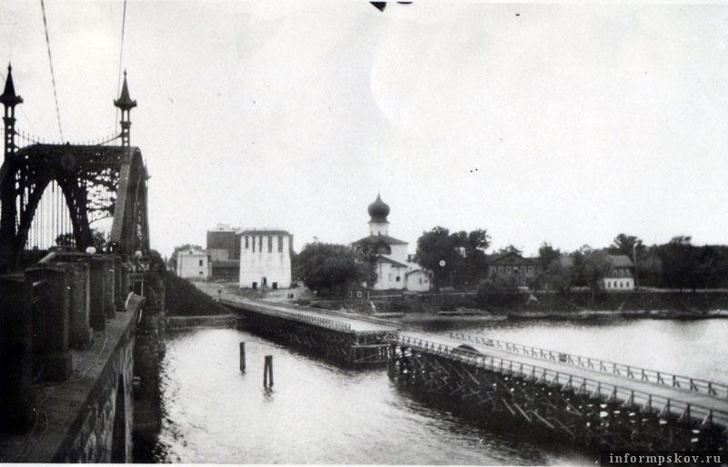На фото: Готовый свайный мост через Великую. Центральная часть разведена для пропуска судов. Фото из коллекции Вячеслава Волхонского