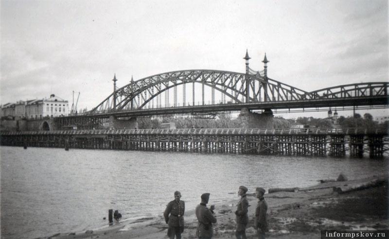 На фото: Свайный мост на фоне моста Красной армии.