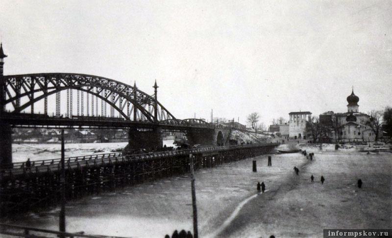 На фото: Свайный мост простоял до ледохода весны 1942 года. Фото из коллекции Вячеслава Волхонского