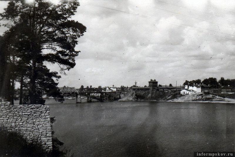 На фото: Таким увидели железнодорожный мост и восточный берег Великой немецкие солдаты, подходящие к мосту от Корытово.