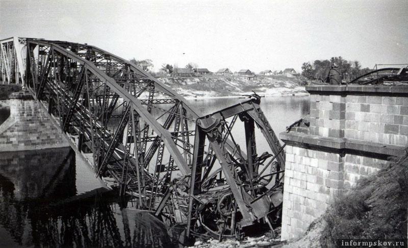 На фото: Взорванная ферма крупным планом. Видно, что взорвали ее у самого берегового устоя. Фото из коллекции Вячеслава Волхонского.