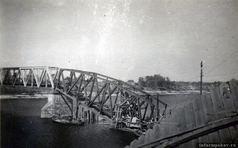 На фото: На работах был задействован мостостроительный батальон Вермахта и советские военнопленные. Фото из коллекции Андрея Иванова