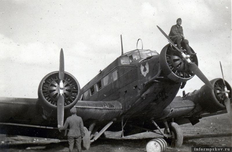На фото: Junkers Ju.52 из K.Gr.z.b.V. 105 на аэродроме Псков-Запад (Pleskau-West). Аэродром располагался западнее Пскова, недалеко от деревни Камно.