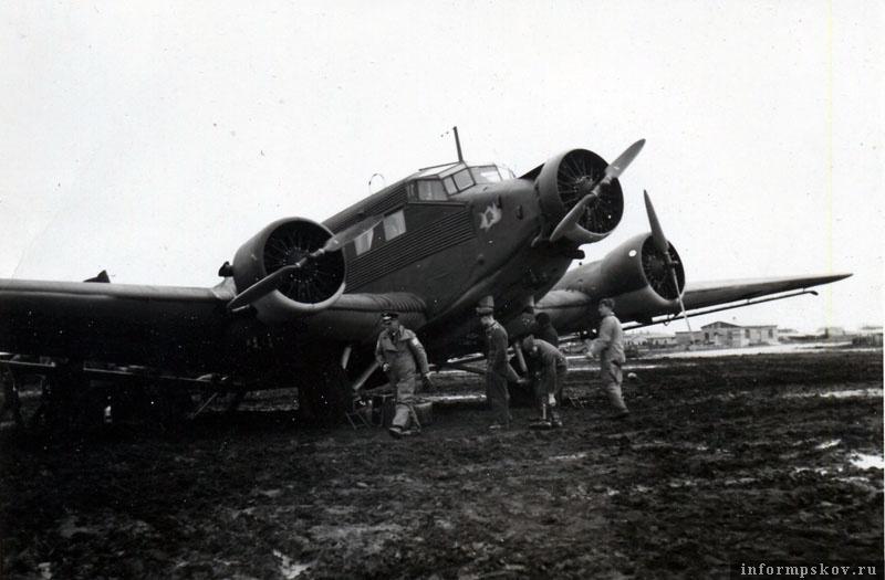 На фото: Junkers Ju.52 на аэродроме Псков-Запад (Pleskau-West), весна 1942 года.