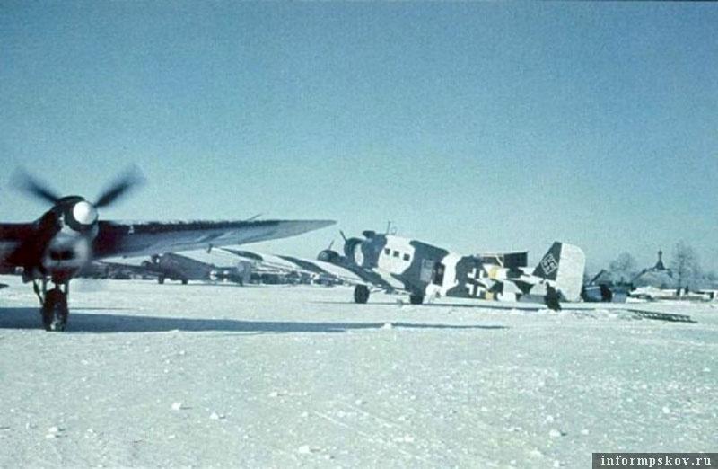 На фото: Самолеты K.Gr.z.b.V. 600 на аэродроме Коровье Село. Февраль 1942 года.