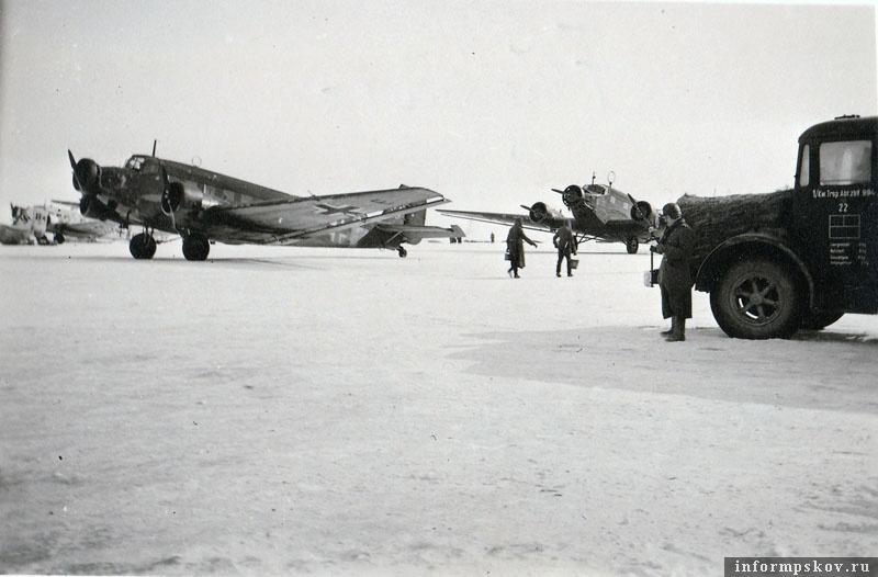 На фото: Junkers Ju.52  из I./K.G.z.b.V. 1 на аэродроме Остров. Зима 1942 года.