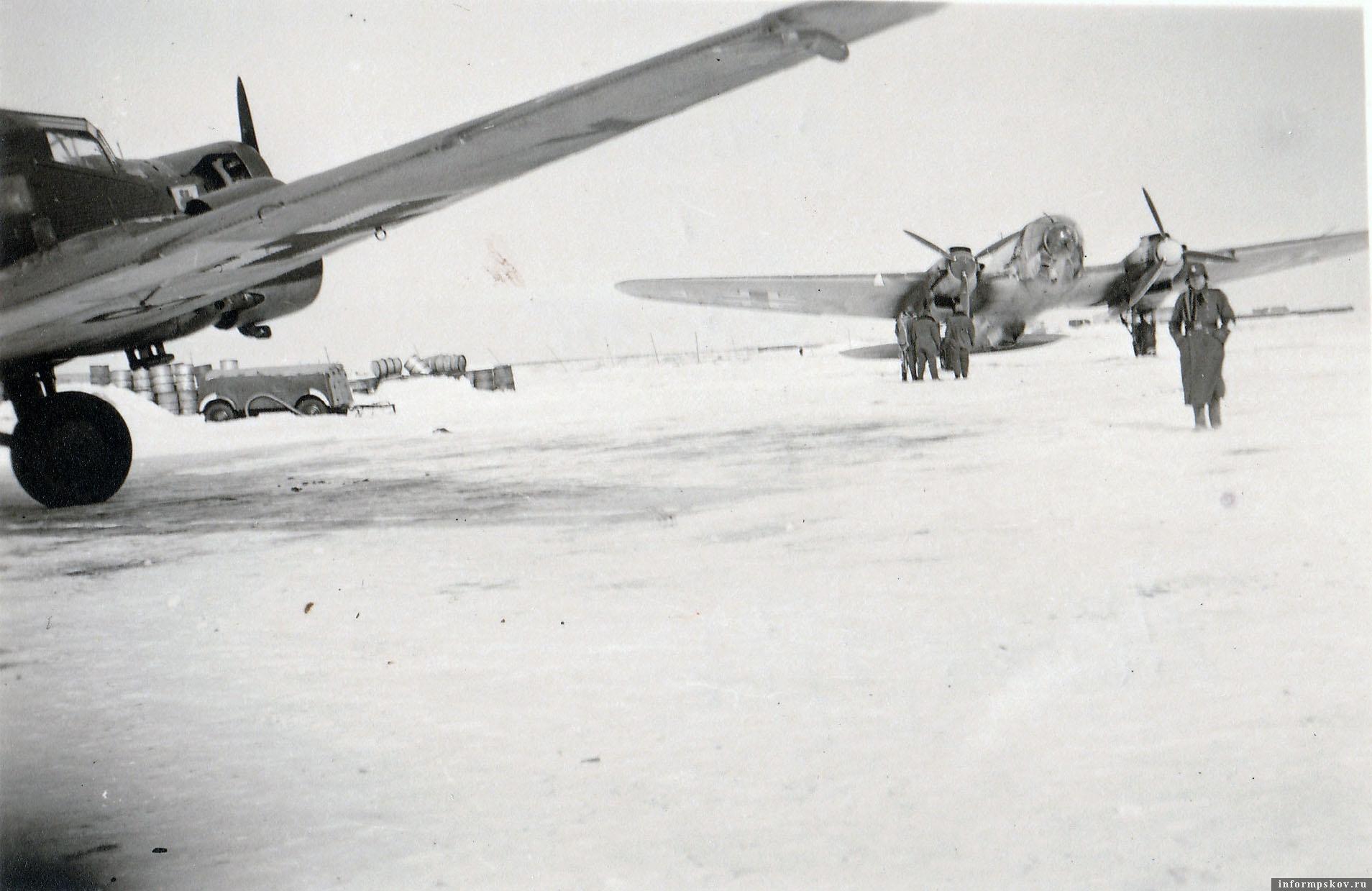 На фото: Junkers Ju.52 одной из транспортных групп  и Хейнкель He.111 из KG.4 на аэродроме Остров. Зима 1942 года.