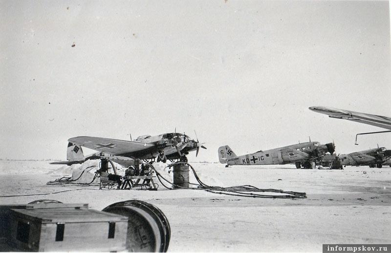 На фото: Хейнкель He.111 из KG.4 и Junkers Ju.52 из K.Gr.z.b.V. 500 аэродроме Остров. Зима 1942 года.