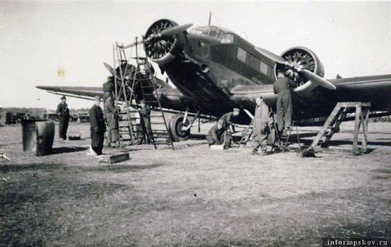 На фото: Junkers Ju.52 из K.Gr.z.b.V. 500 на крестовском аэродроме. 23 мая 1942 года.