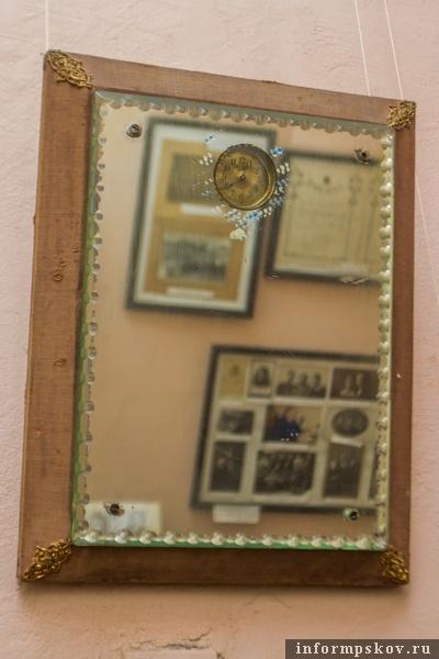 На фото: зеркало с часами