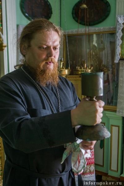 На фото:отец Павел с потиром из гильзы