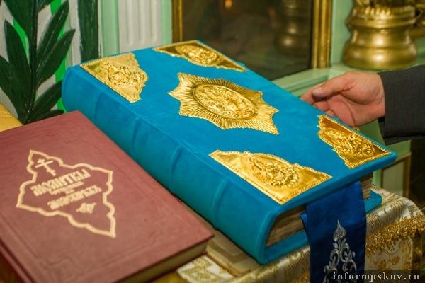 На фото: отреставрированное Евангелие