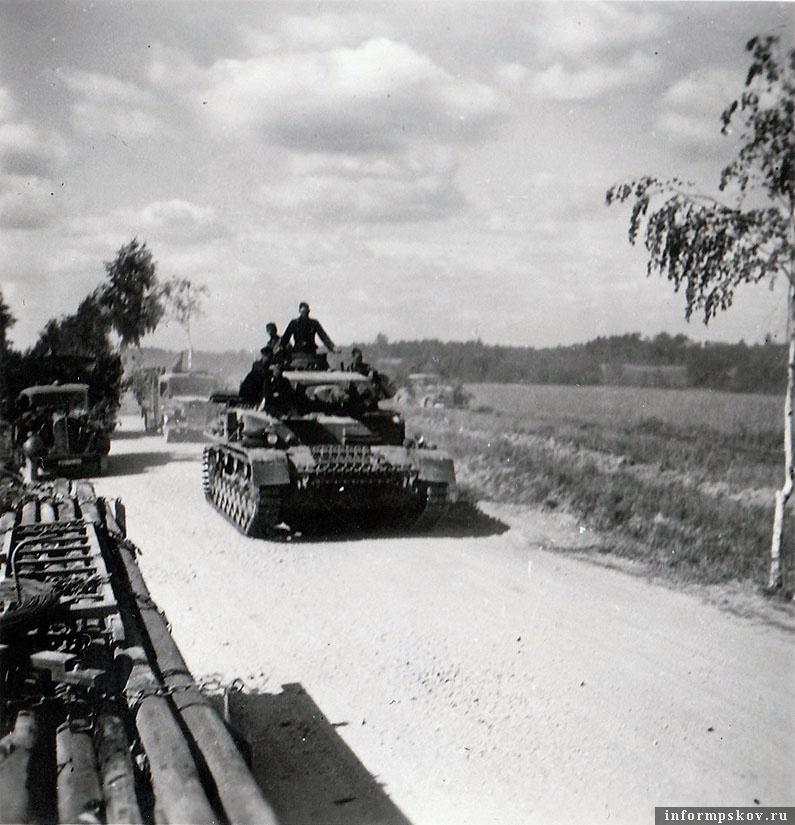 На фото: Pz.IV Ausf.В/С из 8-й роты 1-го танкового полка 1-й танковой дивизии Вермахта в наступлении на Остров.