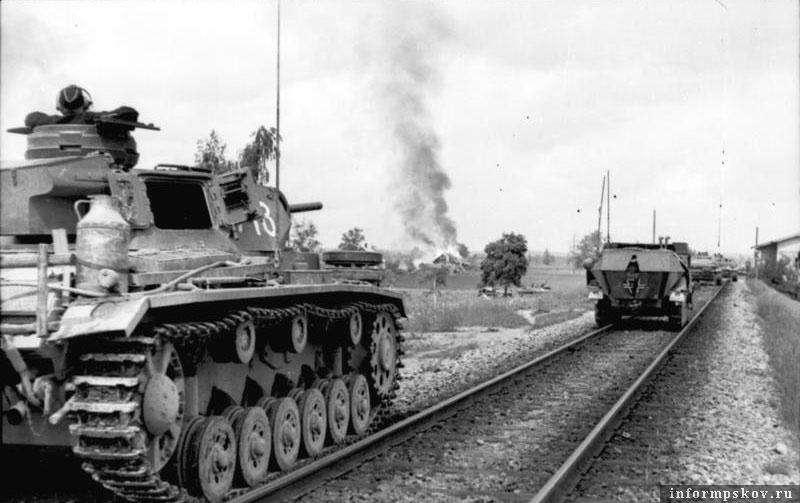 На фото: Тройка 7-й роты 1-го танкового полка 1-й танковой дивизии и БТРы 113-го мотополка той же дивизии в Прибалтике.