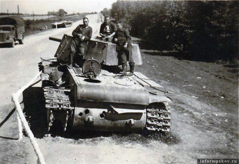 На фото: Сегодня судьба этой роты танков КВ нам частично известна. Эшелон в пути наткнулся на наступающую по шоссе немецкую 6-ю танковую дивизию. Уж не знаю, как танкистам удалось сгрузить эти 52-тонные танки практически в поле (25-й танковый полк перед войной по итогам боевой учебы был лучшим в Ленинградском военном округе), но они это сделали и танки пошли в бой у Гавров. Двигающиеся по шоссе танки обнаружил немецкий самолет-разведчик и сбросил вымпел передовым частям группы Рауса. Немцы заняли оборону, приготовили к бою 8.8 см зенитные орудия из I/Flak-Rgt.3. Два КВ немцам удалось подбить. Экипаж одной машины погиб, погиб и командир другого танка, а четверых танкистов из его экипажа немцы взяли в плен. Из ЖБД 4-го моторизованного полка 6-й танковой дивизии: В первом уничтоженном танке было взято в плен четыре человека, которые сказали, что их только что выгрузили с прибывшего с севера поезда с приказом найти и уничтожить нас.
