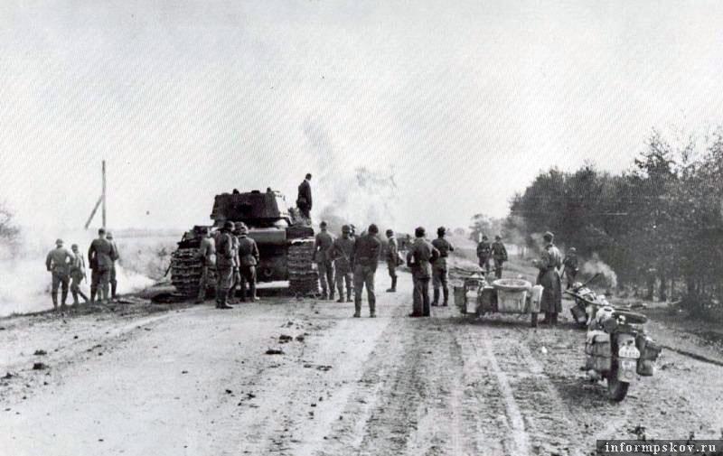 На фото: На шоссе сразу после боя. Танки еще дымятся.