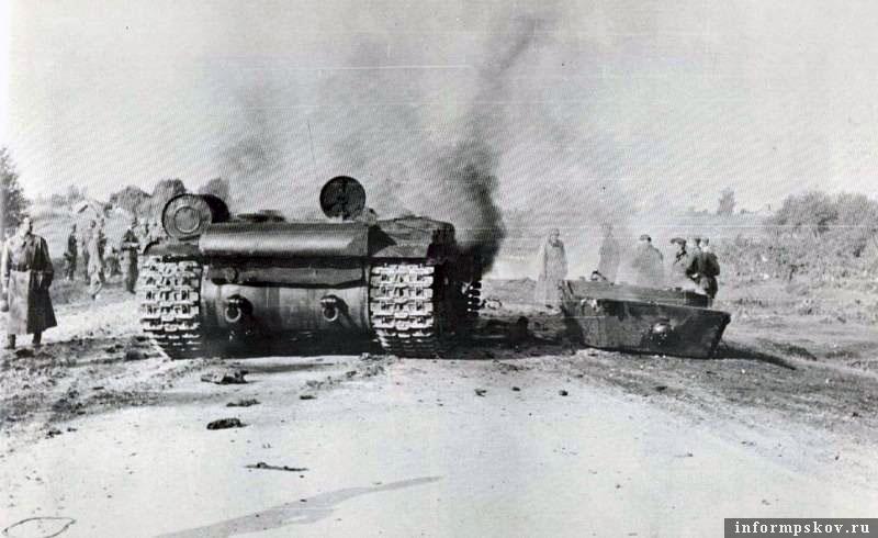 На фото: У одной из машин внутренним взрывом сорвало башню. Экипаж этой машины погиб. Вечная память павшим за Родину.