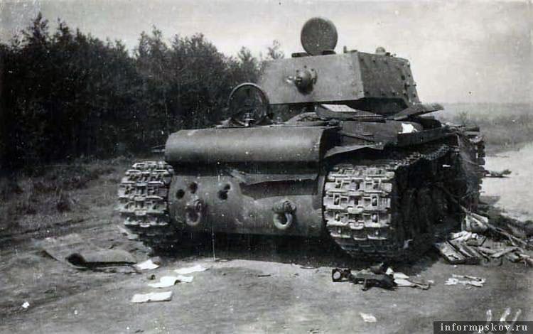 На фото: Второй танк был обстрелян в корму. Хорошо видны пробития 88-мм снарядов в нижний кормовой лист.