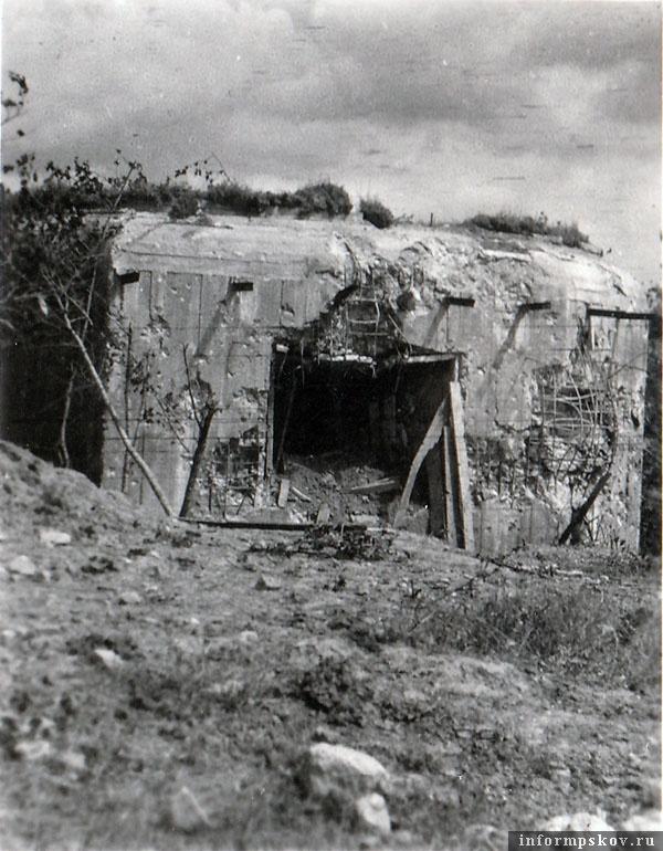 На фото: ДОТ Островского укрепрайона у Захаркино со следами обстрела. По шоссе двигалась 6-я танковая дивизия, именно она штурмовала ДОТы. Для обстрела огневых точек немцы активно использовали 8.8 см зенитные орудия.