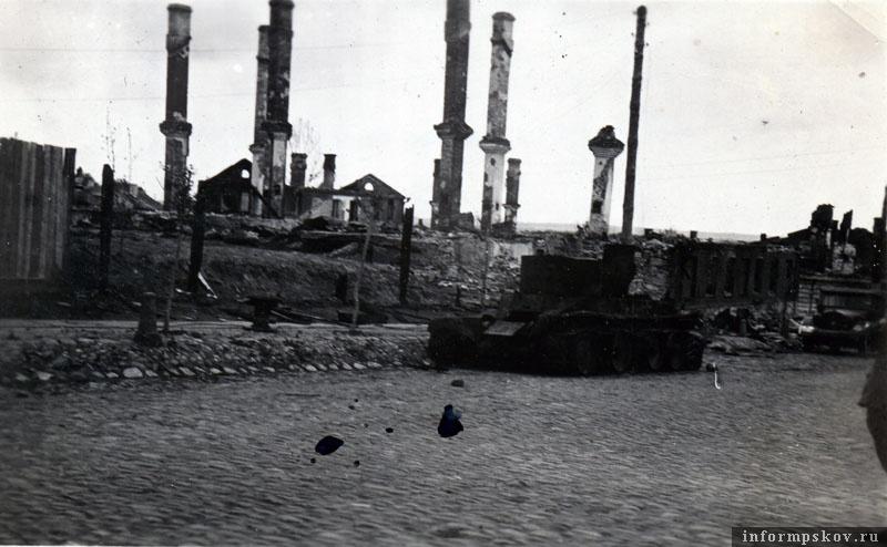 На фото: Подбитый БТ-5 разведроты 25-го такового полка на улице Карла Маркса в Острове.