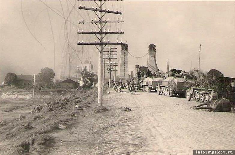 На фото: Бронетранспортеры 113-го моторизованного полка 1-й танковой дивизии на шоссе у южного висячего моста в Острове. По идее, именно здесь их должен был расстрелять сержант Кочура.