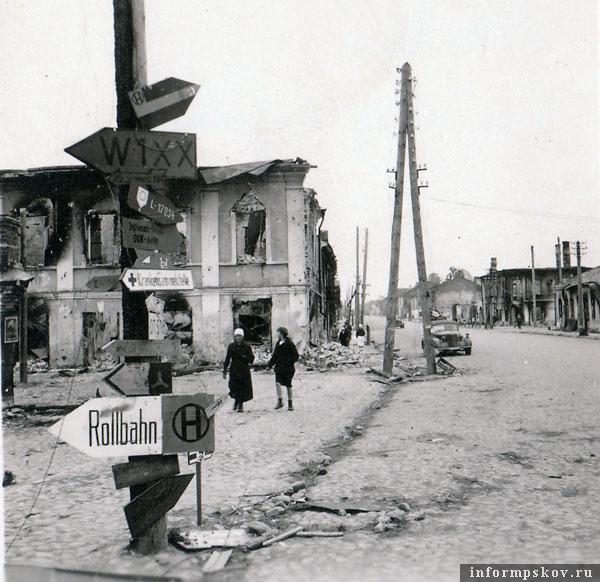 На фото: Дорожный указатель на Торговой площади в Острове.
