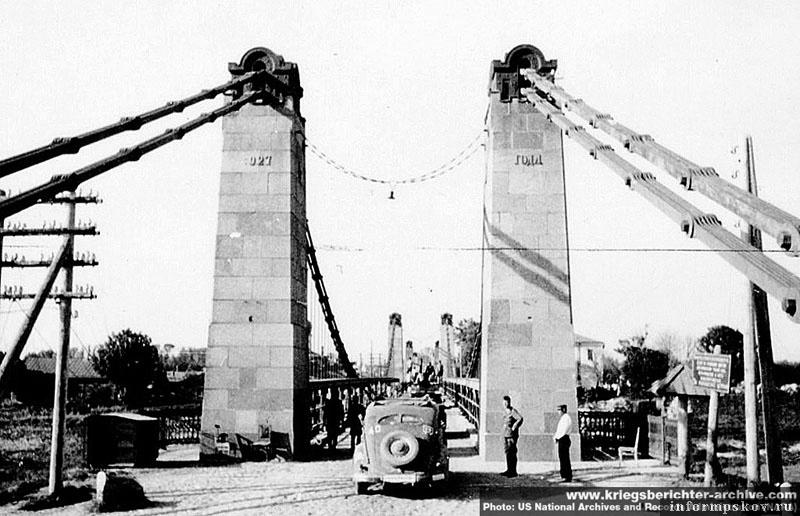 На фото: Знаменитые островские цепные мосты. Фото сделано фотографом SS-Kriegsberichter Baumann'ом (дивизия СС Мертвая голова). US National Archives and Records Administration (NARA), с сайта www.kriegsberichter-archive.com