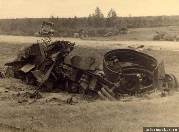 На фото: Разрушенный внутренним взрывом многобашенный танк Т-28 5-го танкового полка 3-й танковой дивизии у перекрестка в деревне Нестрино.