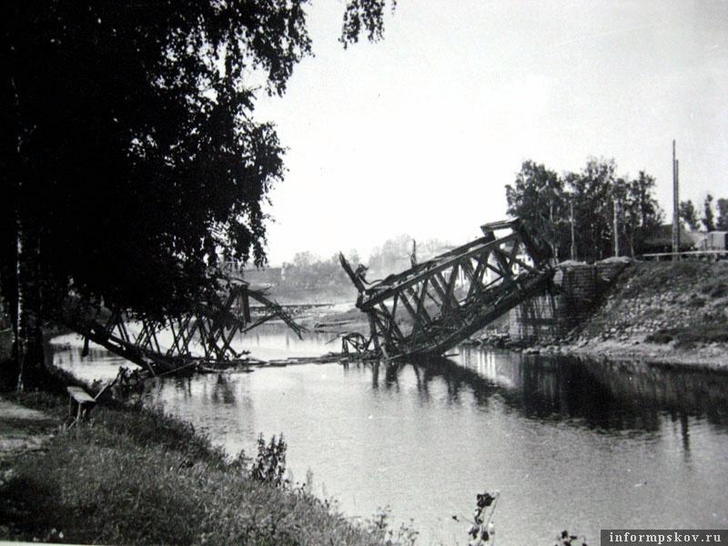 На фото: Взорванный шоссейный мост через Шелонь.