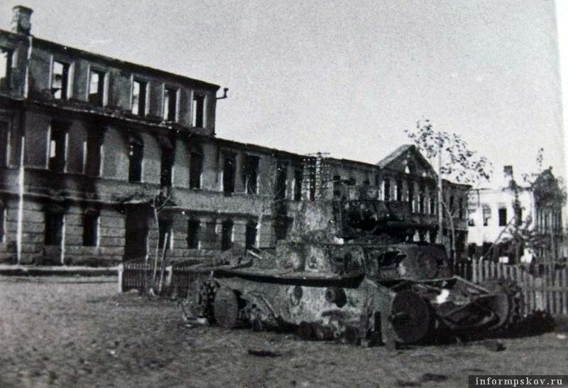 На фото: Сгоревший Panzer 38(t) из состава 8.PD на центральной площади Порхова.