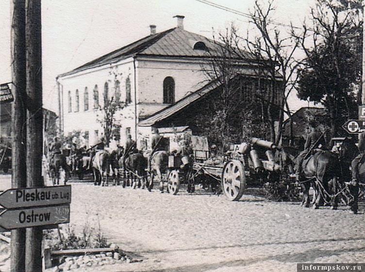 На фото: Колонна немецкого артполка в центре Порхова.