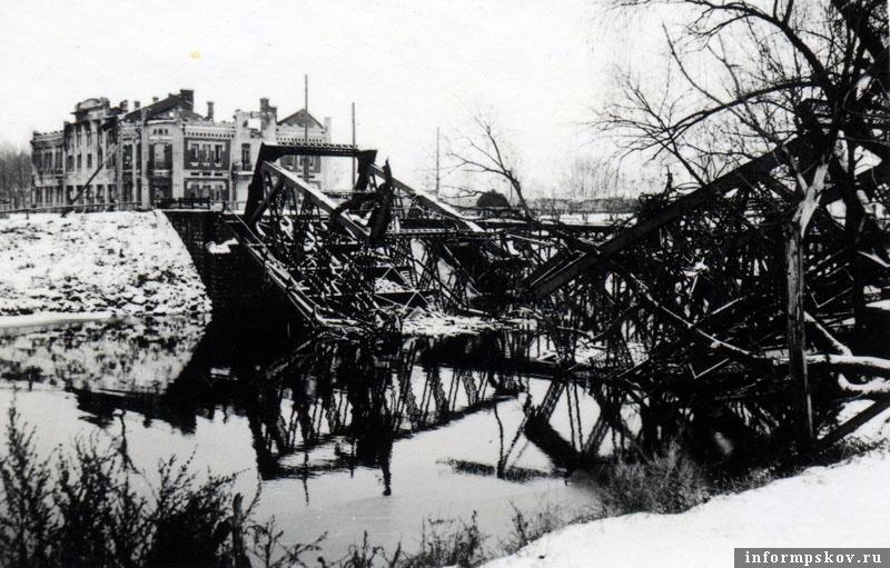 На фото: Для переправы через Шелонь был построен свайный мост. Шоссейный же мост так и лежал в русле разрушенным до конца осени.