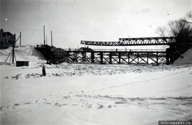 На фото: Уже зимой 1941-42 годов немцы начали работы по восстановлению моста.