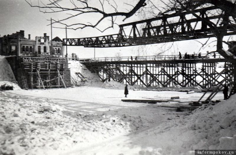 На фото: Работы по восстановлению шоссейного моста в Порхове.