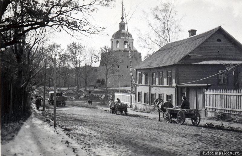На фото: Порховская крепость и Никольская колокольня осенью 1941 года.